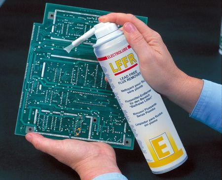 Разтвор за почистване на  флюс използван при безоловни технологии, с четка